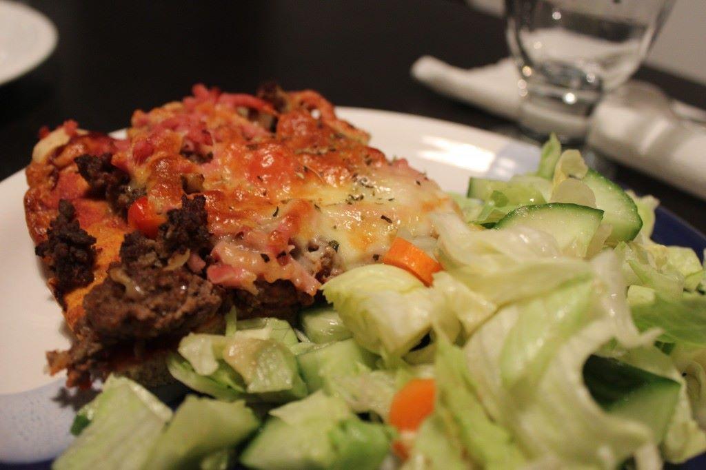 itsetehtyä pizzaa ja toki salaattia