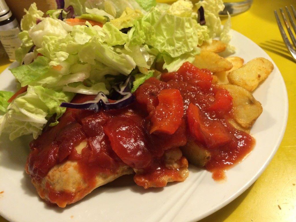 Broirelia tomaattikastikkeessa, salaattia ja perunaa