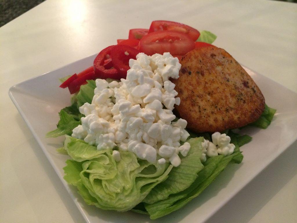 ja siinä kylkiäisinä kahden juuston salaatti, joista toinen ei ollut mikään kevytversio..