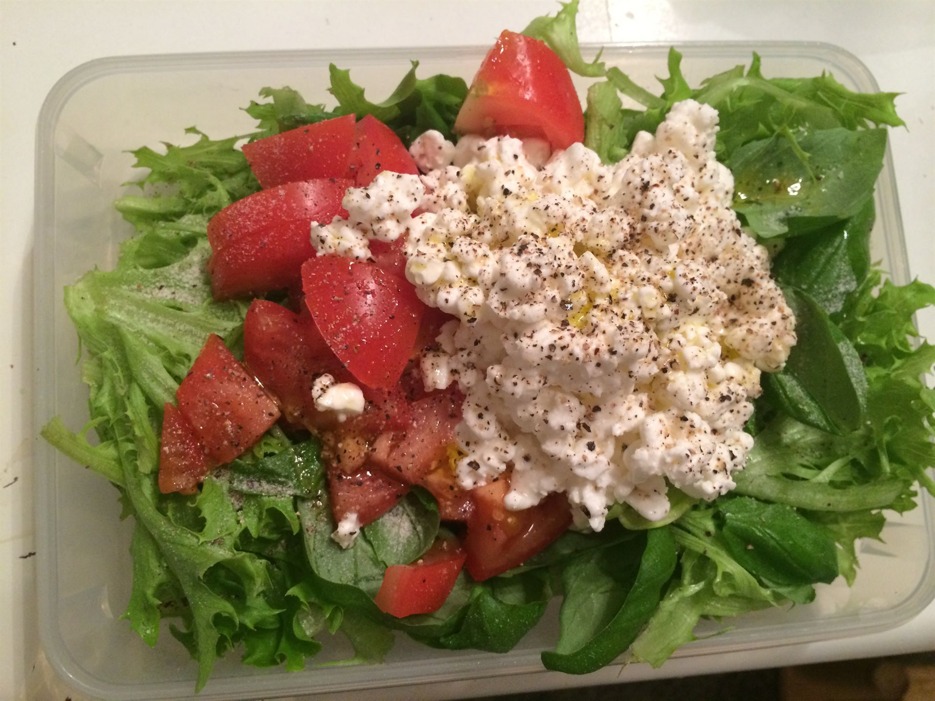 "Tomaatti-""mozarella"" salaatti"
