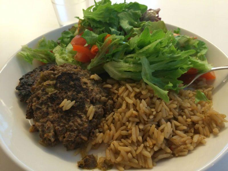 soijarouheesta valmistettuja pihvejä sekä maustettua riisiä