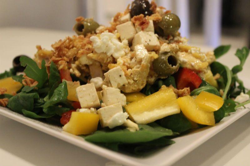 Kunnes se rakentui tällaiseksi: Riisi, vroileri-raejuustoseos sekä fetaa, oliiveja ja kyllä kuivattua sipulia